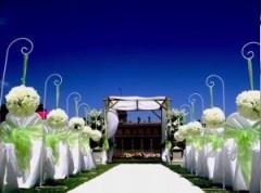 Décoration de mariage avec gazon synthétique blanc