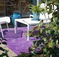 Gazon synthetique violet en terrasse