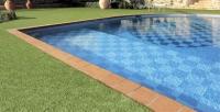 Gazon synthetique bord de piscine